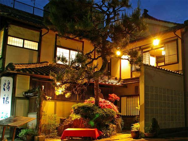 <外観>1908年の創業の老舗旅館。篠山の中心部にあり、観光旅行の拠点にも◎です。