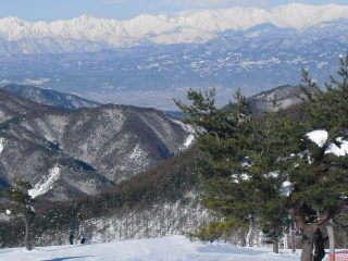 (冬)こんな北アルプス連峰を正面に豪快に滑走出来る峰の原スキー場(当館から車で5分)