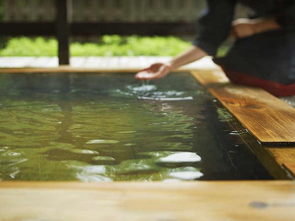 【客室露天風呂イメージ】少し白濁したお湯はとろりとした肌ざわり