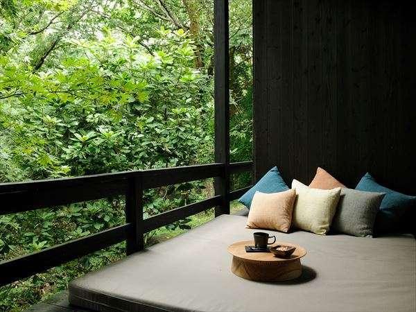 【客室イメージ】九州のブランド杉の1つ小国杉で作ったローテーブル。人肌に近い温度と飴色の風合いが魅力