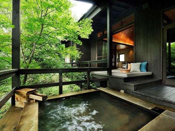 【客室イメージ】入浴を楽しんだ後は、小国杉のローテーブルを設えたごろごろソファに寝そべって