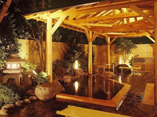 【純和風温泉露天風呂】夜のライトアップも雰囲気がいい。(男女入替制・・・夜は女性時間)