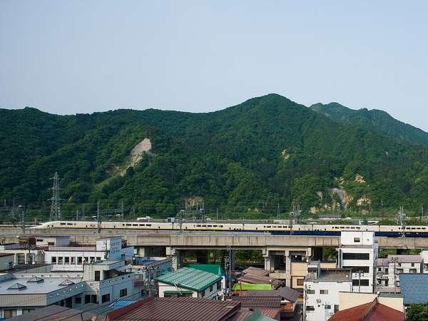 【客室眺望(眺望客室)】湯沢の連なる山々を間近に感じられます。