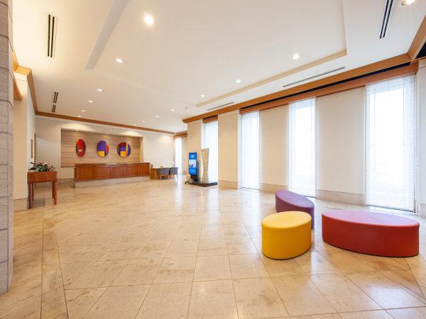 1階ロビー ちょっと一休み。にちょうど良いスツールと各所にアートを設置し、心温まる空間に。