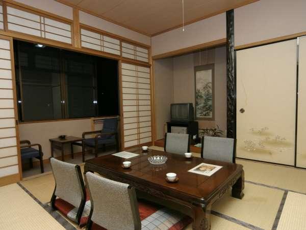 落ち着いた雰囲気の和室。窓の外に川が流れ季節ごとの景色が広がります。