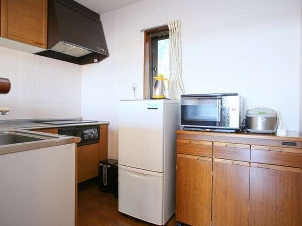 大き目の冷蔵庫や電子レンジ、食器などお部屋にあります。