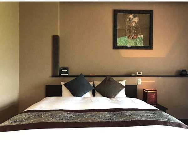 【姫沙羅】クィーンズサイズのベッド。カップルやご夫婦に人気の客室です。