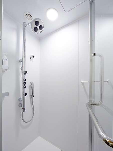 <バスルーム>多機能シャワーパネルを採用したシャワーブース(モダンタイプのお部屋)