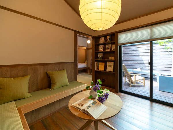 専用のテラスから光が差し込むリビング。モダンな雰囲気の中に畳や和紙などで和の趣が添えられています。
