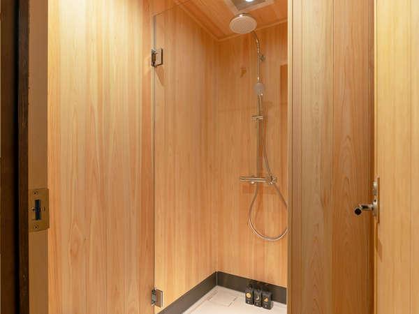 ヒノキに包まれているシャワールーム。お部屋ごとに独立してございますので気兼ねなくご利用頂けます。
