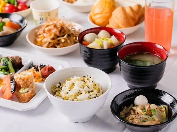 【朝食】約40種のメニューが並ぶ和洋バイキングで、バランスの良い充実した朝食を。(一例)