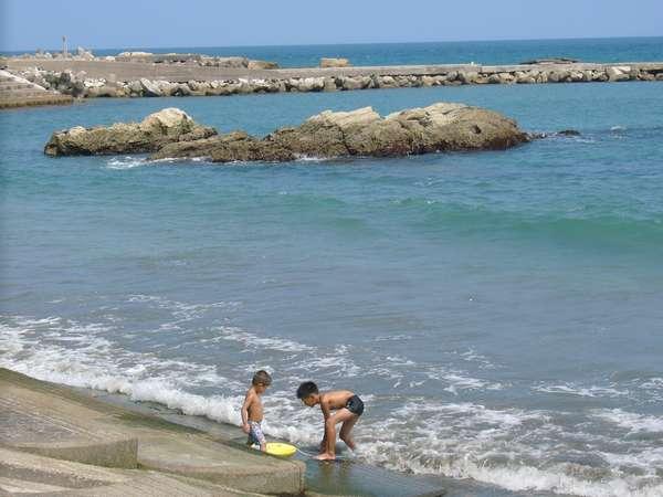 徒歩1分のビーチ 釣りや磯遊びが出来ます。
