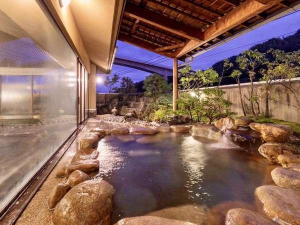 【大浴場露天風呂(男性)】夕暮れと共に、お風呂の雰囲気も少しずつ変わってゆきます。