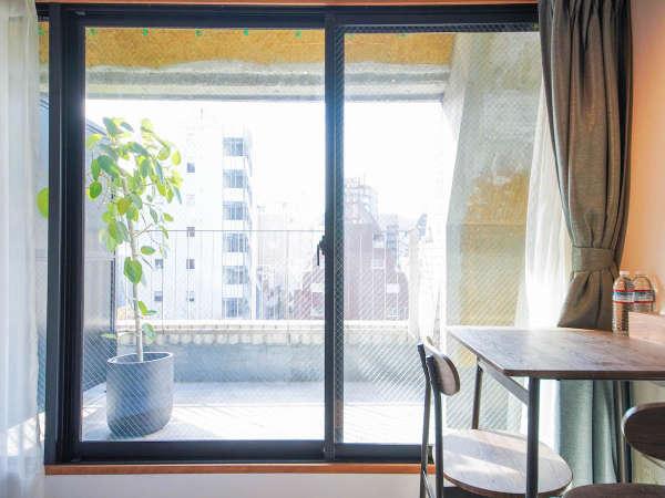 ダブルルームは全室バルコニー付きです。|ホテル&ホステルKIKKA東京