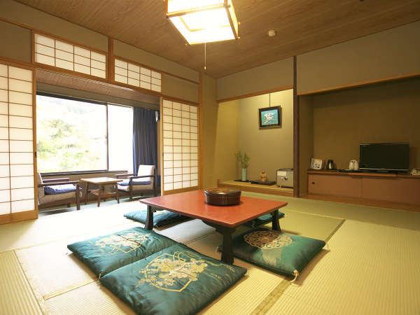 (和室例)旅情を味わうなら、和室がオススメ。風情ある客室からは日本庭園を見て取れます。