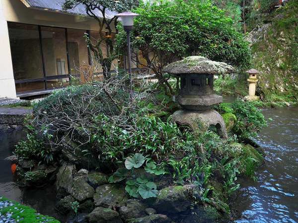 当館自慢の日本庭園。灯籠がより一層の、侘び寂びを演出しています。