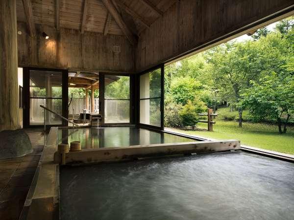 【大浴場】大きくとられた窓からは四季折々の景色が望めます