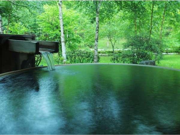 【露天風呂】炭酸水素塩などを多く含んだ湯は、疲労回復や筋肉痛に効果があります