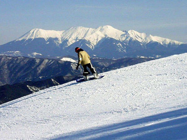モンデウス飛騨位山スノーパークは御岳や北アルプスが一望できる絶景のスキー場です