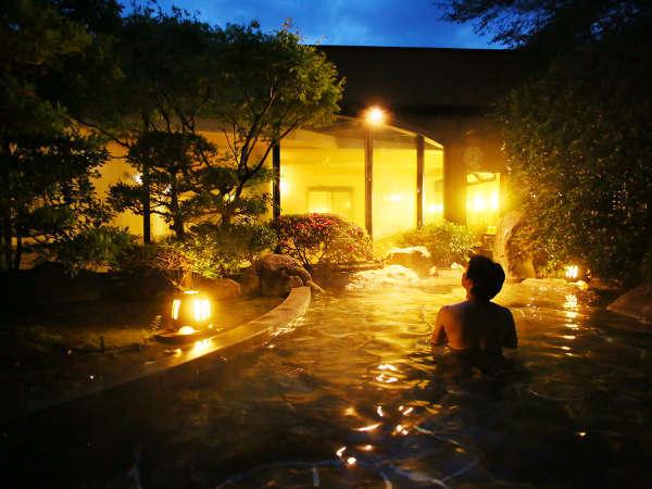 源泉掛け流しの大浴場から続く露天風呂は夜12時まで愉しめます。