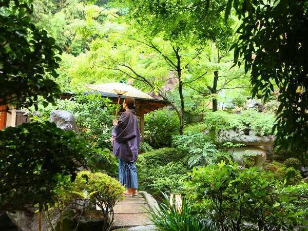 温泉のあとは、庭園内をゆったりお散歩。