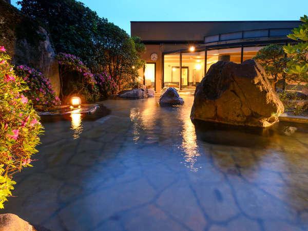 男女別露天風呂 自然に囲まれた開放的な露天風呂です。