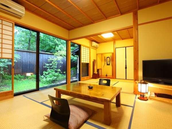 【新館客室】6畳+4.5畳の広々とした造りの新館には露天風呂と内湯も備わる/例
