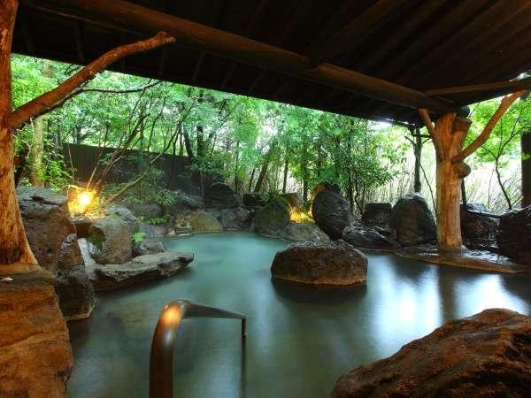 【大浴場】掛け流しの湯を24時間愉しめると好評の露天風呂。内湯も備わる