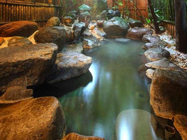 【貸切風呂】ダイナミックな岩の露天風呂も貸切で利用できますので、気兼ねなくお湯をお愉しみください