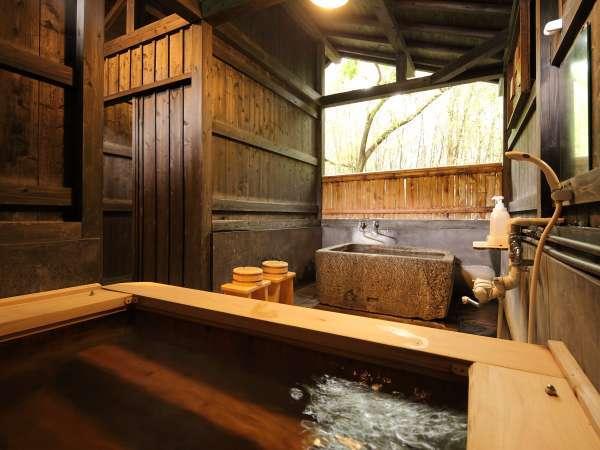【貸切風呂】巨石をくり抜いたオリジナルの湯船とヒノキの内湯の2つが同時にお愉しみいただけます