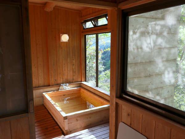 絶景が見渡せ、大人3人が入れる大きな貸切風呂