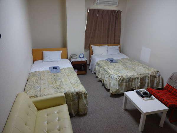 2F201号室。セミダブルベッド設置。仲良し3名様&ご家族様3名様宿泊可。