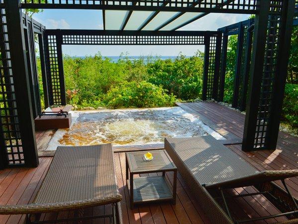 【シギラ黄金温泉(リゾート内)/プライベートルーム】専用露天風呂付き部屋でプライベートな湯浴みを。