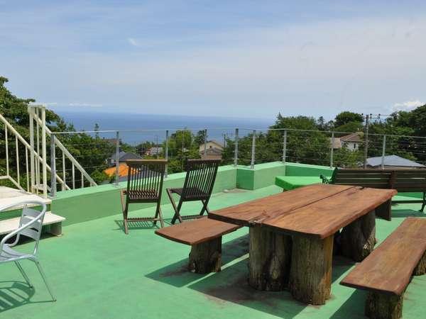【貸別荘ドールハウス】高台に位置し、木立に囲まれた温泉付きの一棟貸し切り別荘