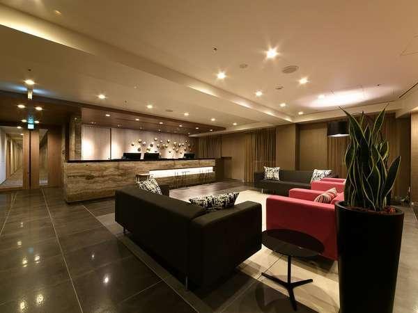 フロントは4階でございます。スタイリッシュなフロントでお客様をお出迎えいたします。