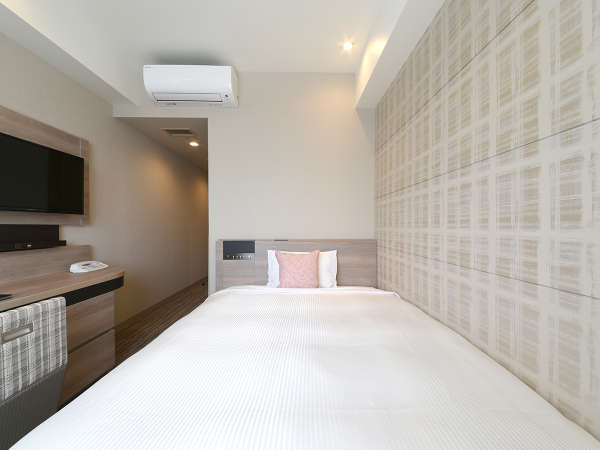 【スタンダードシングル】140cm幅のベッドでおくつろぎくださいませ。空気清浄機、各種充電器完備。
