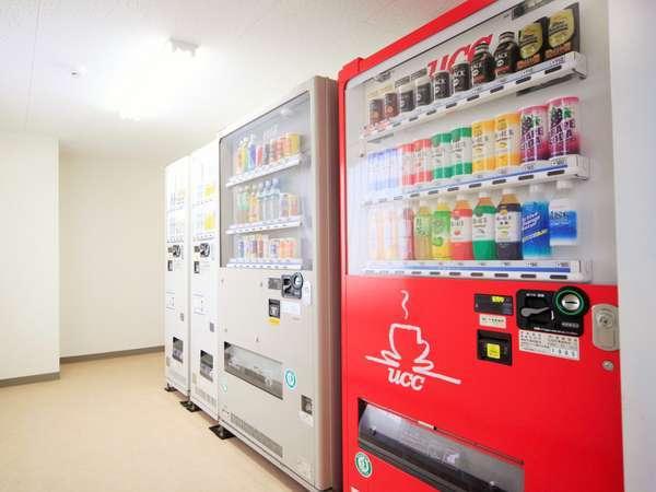 ランドリー室奥に、清涼飲料トお酒の自動販売機がございます。