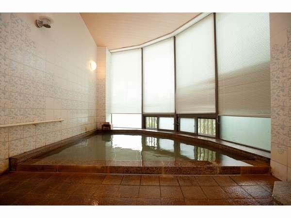 【お風呂】小ぢんまりした浴場ですが、指宿温泉ではめずらしい濁り湯をお楽しみ頂けます。