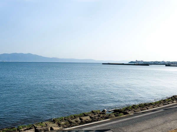対岸は大隅半島。周辺では海を眺めながらのお散歩もできます。