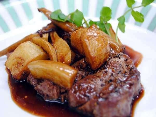 信州牛のステーキ、きのことじゃがいもを添えて