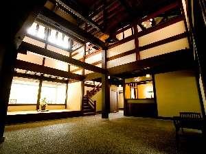 飛騨造りの古民家の館内は木の温もりにつつまれ落ち着いた雰囲気。