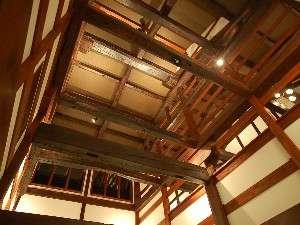 古民家を移築した館内。太い梁がみごとな吹き抜けのロビー