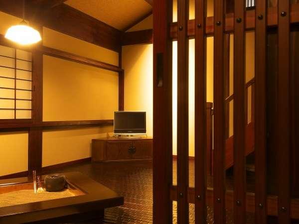 16畳和洋室『福寿草』の囲炉裏の間。炭火を眺めながら奥飛騨の夜をお過ごしください