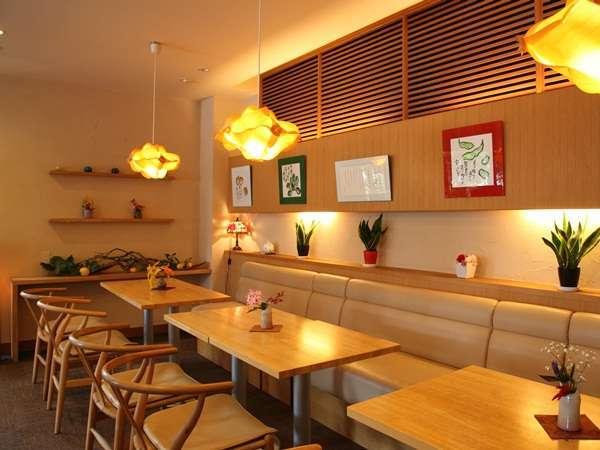 1階喫茶「季(とき)ゆらら」静かな空間で安らぎのひとときをお過ごしください。