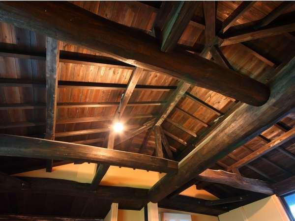 【斗】天井が高く、古民家風の客室で寛ぎのひと時を過ごす/客室一例