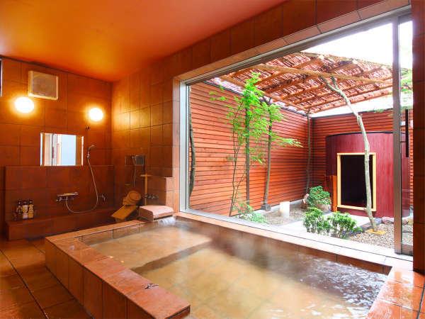 【斐(ひ)】内湯には湯のきらめきが美しい陶板風呂と陶板ベッド。
