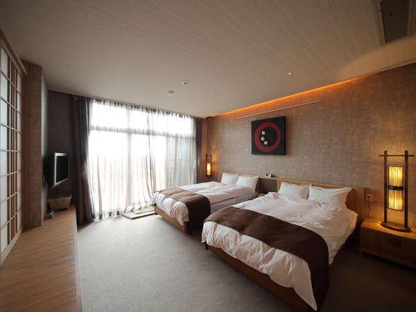 ロイヤルスイートの客室はゆったりとした空間とお庭に露天風呂が付いたラグジュアリーなタイプ