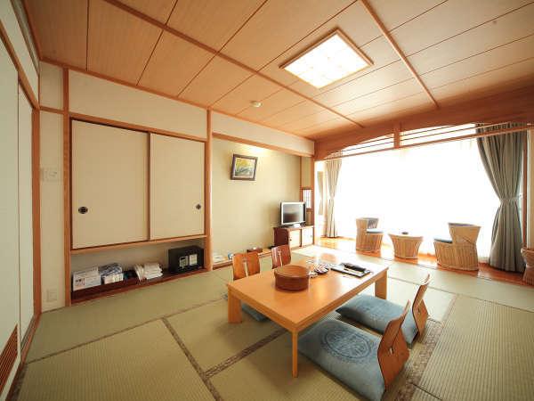 高台から望む眺望、ゆったりとした客室で温泉、お料理をお愉しみ下さい。