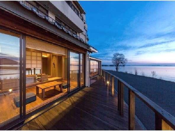 テラスの先に広がる琵琶湖の絶景。奥びわ湖ならではの静寂に包まれた景色を満喫