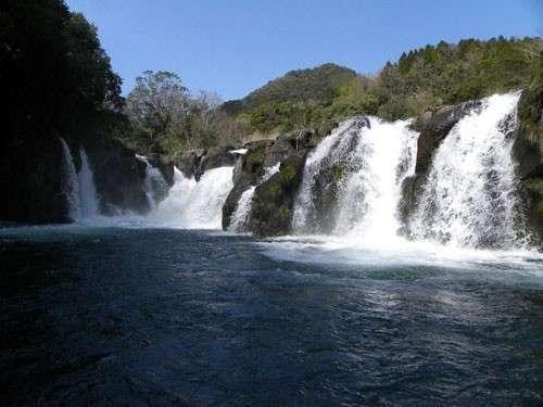 須木の代表的な景勝池、ままこ滝。小野湖の湖面に落下するままこ滝の姿は雄大です。